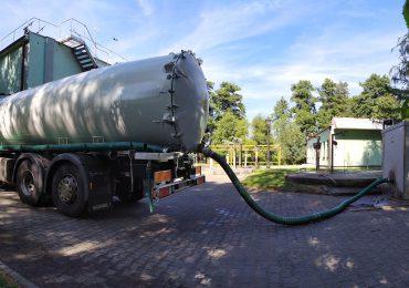 Usługi asenizacyjne stałego wywozu ścieków przemysłowych z zakładów produkcyjnych.